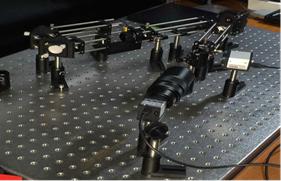 写真 :  補償光学実験装置